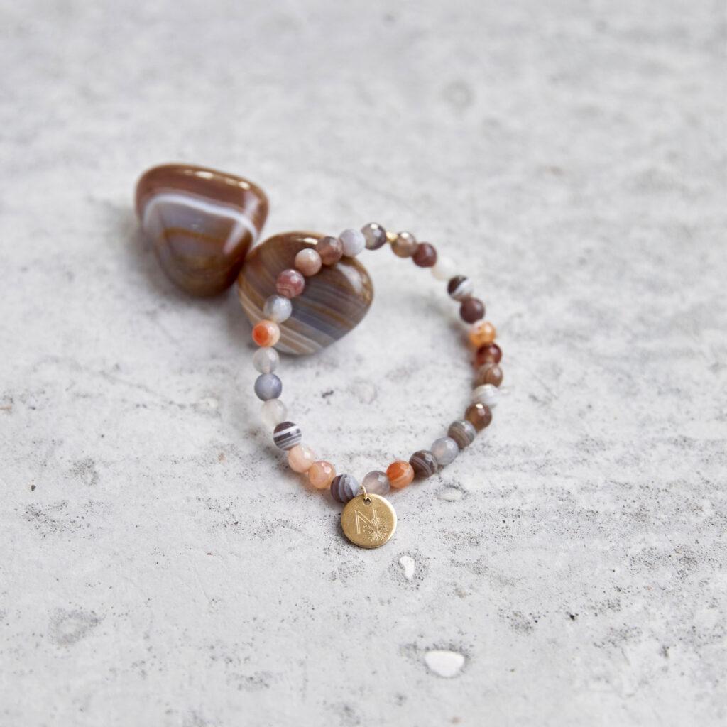 BALANCE Mala Armband aus Achat Steinen mit goldenem Plättchen und Perle und Achat Steine.