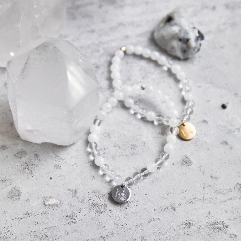 CLEAR SEEING Mala Armband aus Mondsteinen und Bergkristall Steinen mit silbernem und goldenem Plättchen und Perle und Mondstein und Bergkristallspitzen.