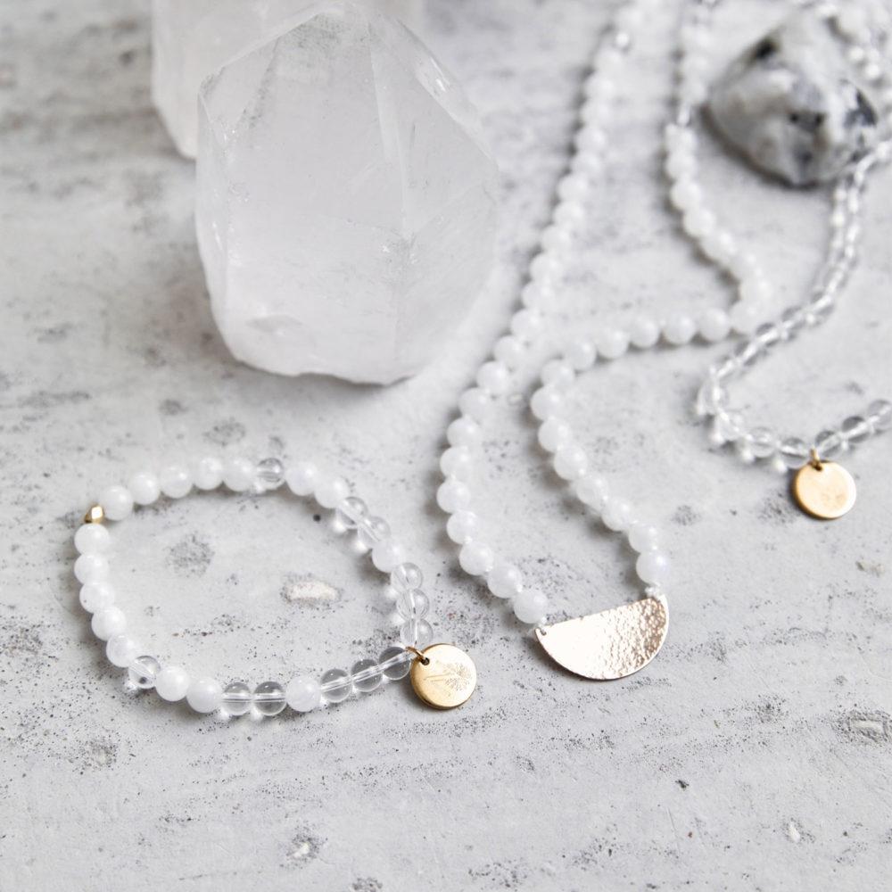 CLEAR SEEING Mala Armband aus Mondsteinen und Bergkristall Steinen mit goldenem Plättchen und Perle und Mala mit Halbmond und Mondstein und Bergkristallspitzen.