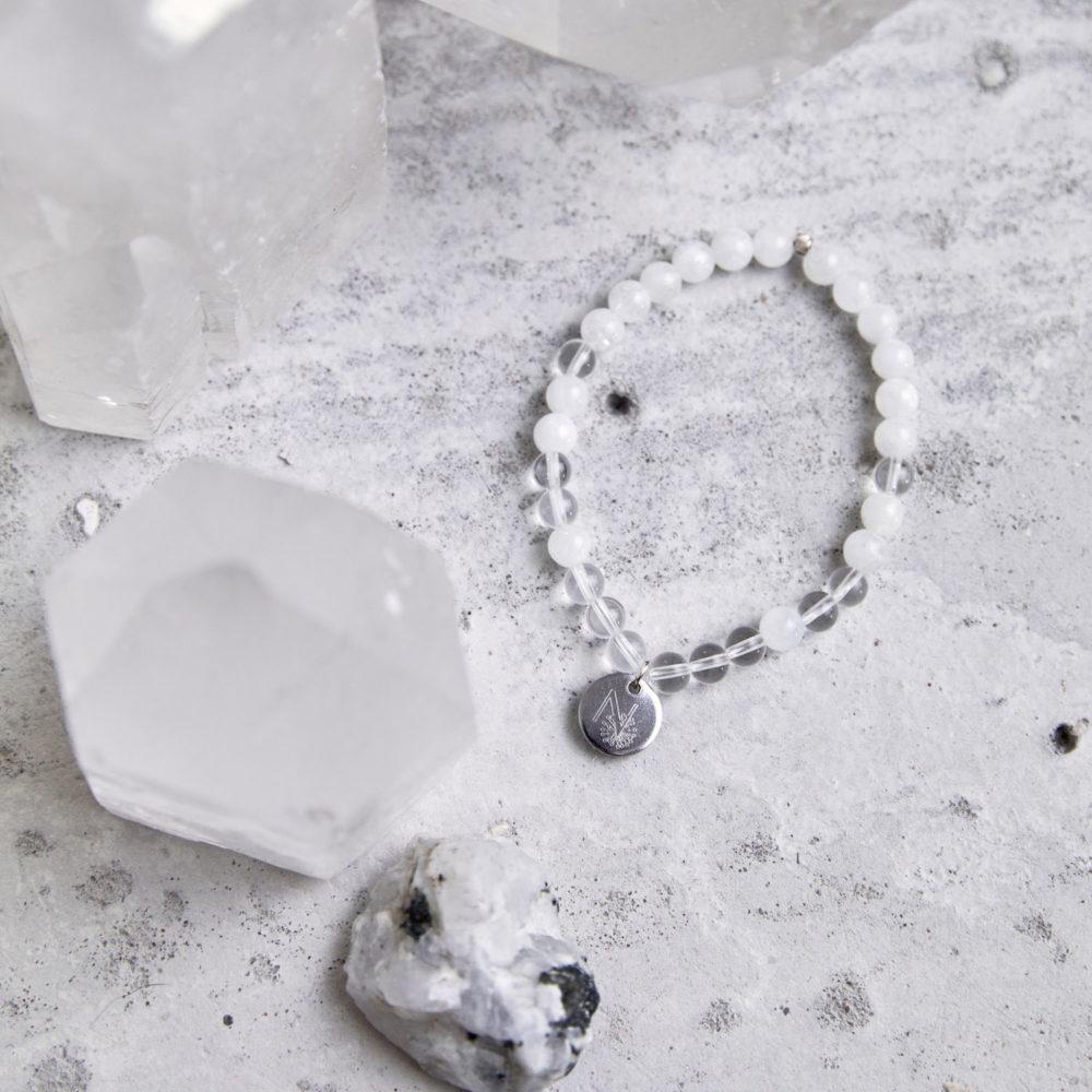 CLEAR SEEING Mala Armband aus Mondsteinen und Bergkristall Steinen mit silbernem Plättchen und Perle und Mondstein und Bergkristallspitzen.
