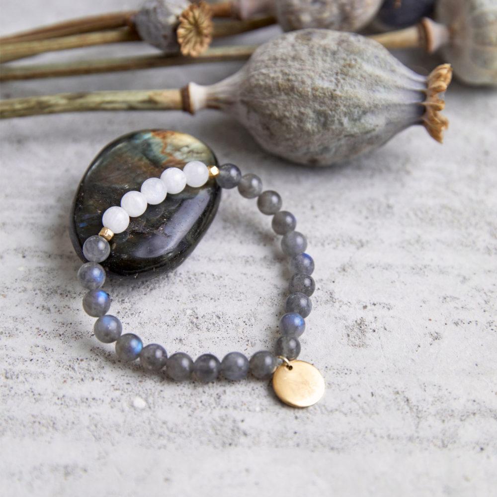 CREATE YOUR MAGIC Mala Armband aus weißen und grauen Labradorit Steinen mit goldenem Plättchen und Perlen und getrockneten Mohnblumen und Labradorit Stein.
