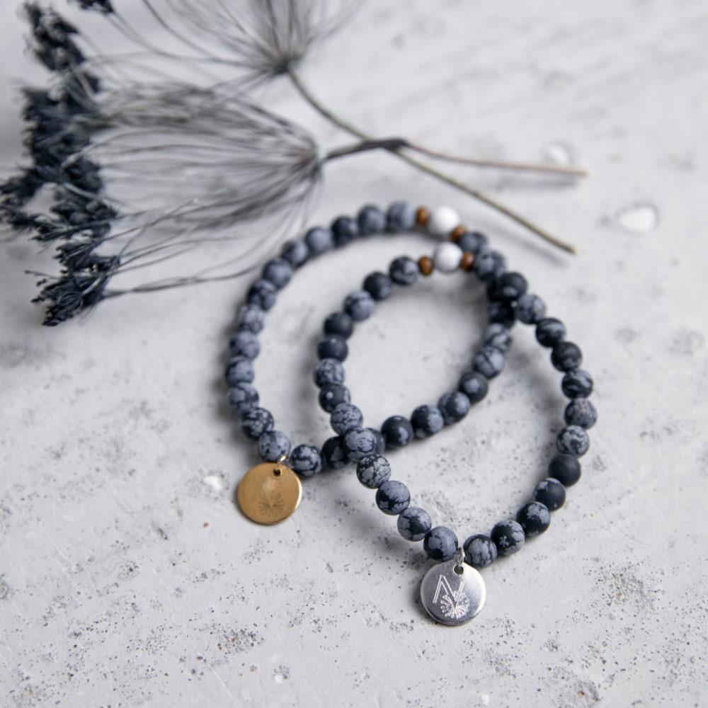 DEEP HEALING Mala Armband aus Schneeflockenobsidian und Magnesit Steinen mit Holzperlen und goldenem und silbernen Plättchen und Trockenblumen.