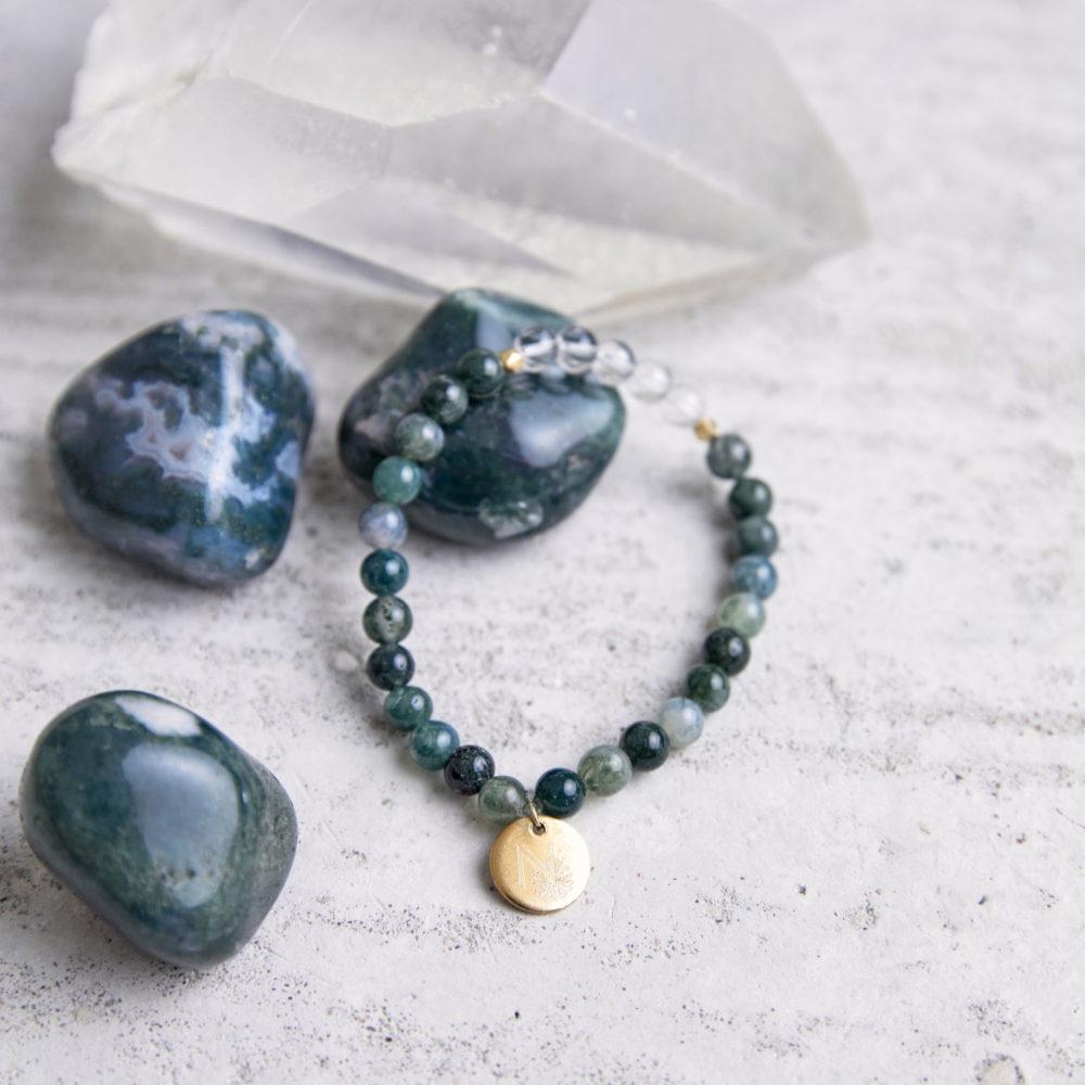 FREE YOURSELF Mala Armband aus Moosachat und Bergkristall Steinen mit goldenem Plättchen und Perlen und Moosachat Steine und Bergkristallspitze.