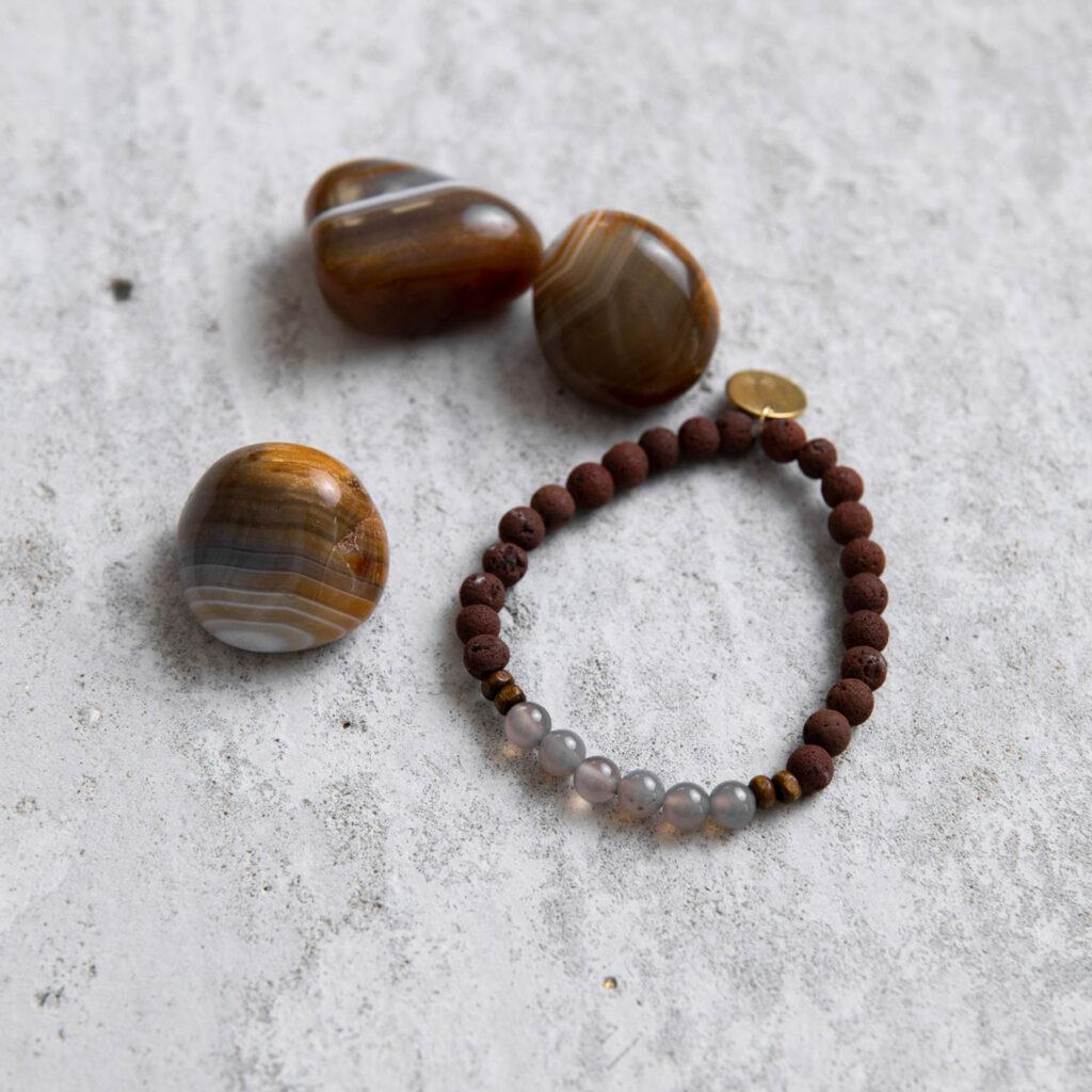 GREAT SPIRIT Mala Armand aus Achat und Lava Steinen mit Holzperlen und goldenem Plättchen und Achat Steine.