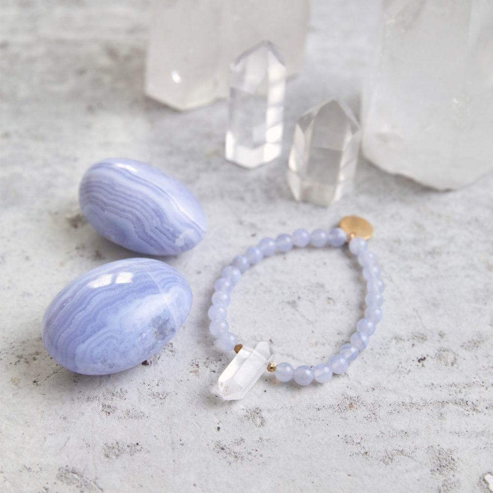INNER LIGHT Mala Armband aus Chalcedon Steinen mit Bergkristallspitze und goldenen Perlen und Plättchen und Chalcedon Steine und Bergkristallspitzen.