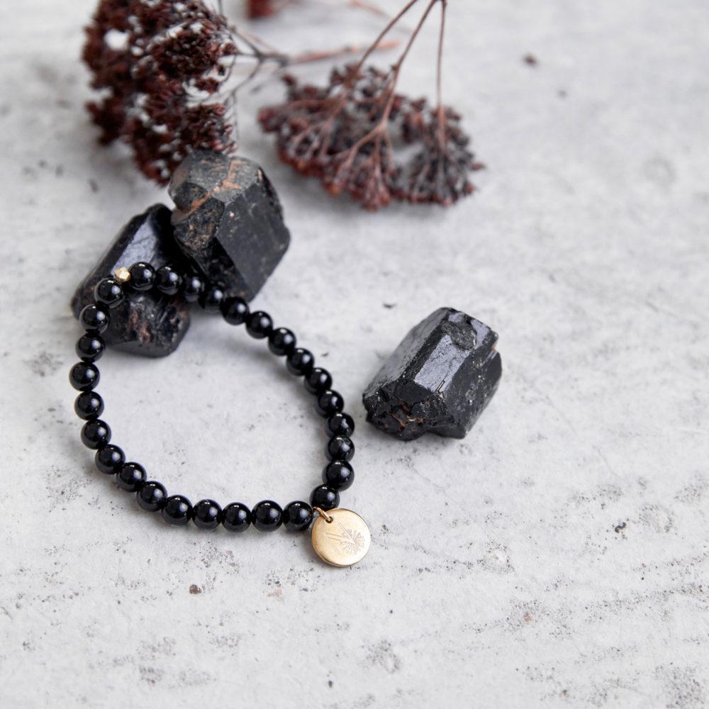 INNER PEACE KEEPER Mala Armband aus schwarzen Turmalin Steinen mit goldenem Plättchen und Perle und Turmalin Steine und Trockenblumen.