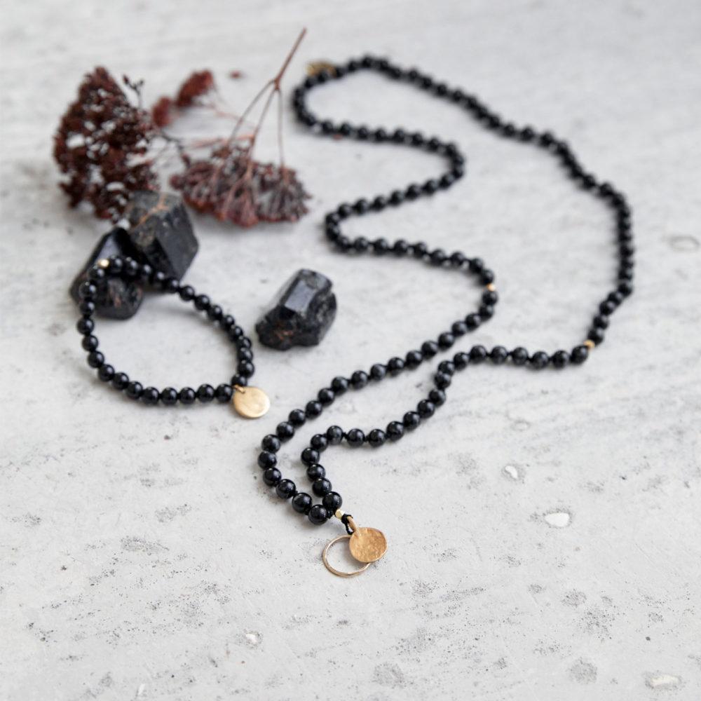 INNER PEACE KEEPER Mala Armband aus schwarzen Turmalin Steinen mit goldenem Plättchen und Perle und Mala mit goldenem Kreis, Plättchen und Perlen und Turmalin Steine und Trockenblumen.