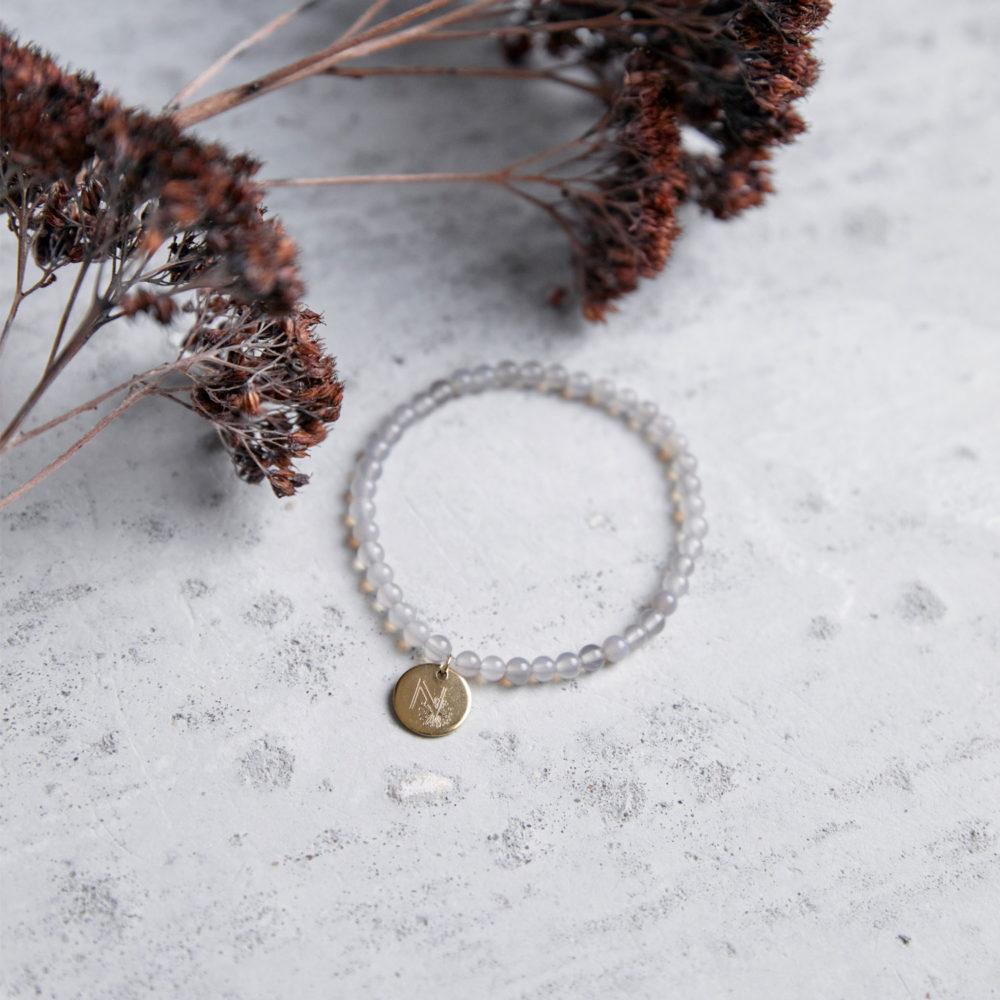 LITTLE GANESHA Mala Armband aus Achat Steinen mit goldenem Plättchen und Trockenblumen.