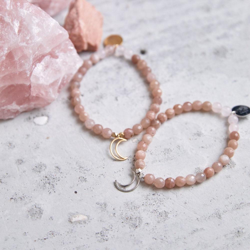 MENTAL MAGIC Mala Armband aus Mondsteinen und Rosenquarz Steinen mit goldenen und silbernen Perlen, Mond und Plättchen und Mondstein und Rosenquarz Steinen.