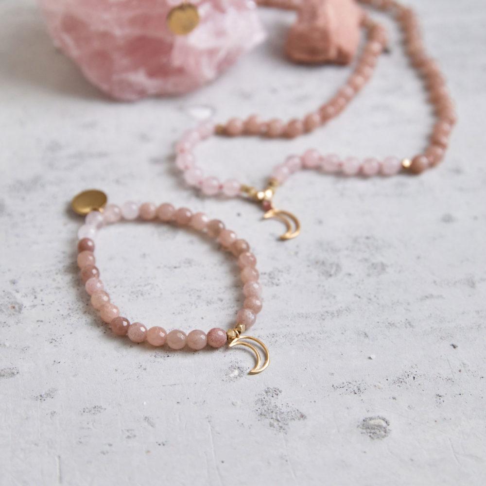 MENTAL MAGIC Mala Armband und Mala aus Mondsteinen und Rosenquarz Steinen mit goldenen Perlen, Mond und Plättchen und Mondstein und Rosenquarz Stein.