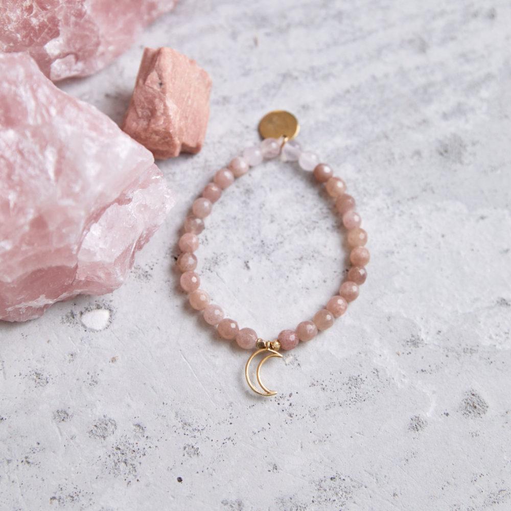 MENTAL MAGIC Mala Armband aus Mondsteinen und Rosenquarz Steinen mit goldenen Perlen, Mond und Plättchen und Mondstein und Rosenquarz Steinen.