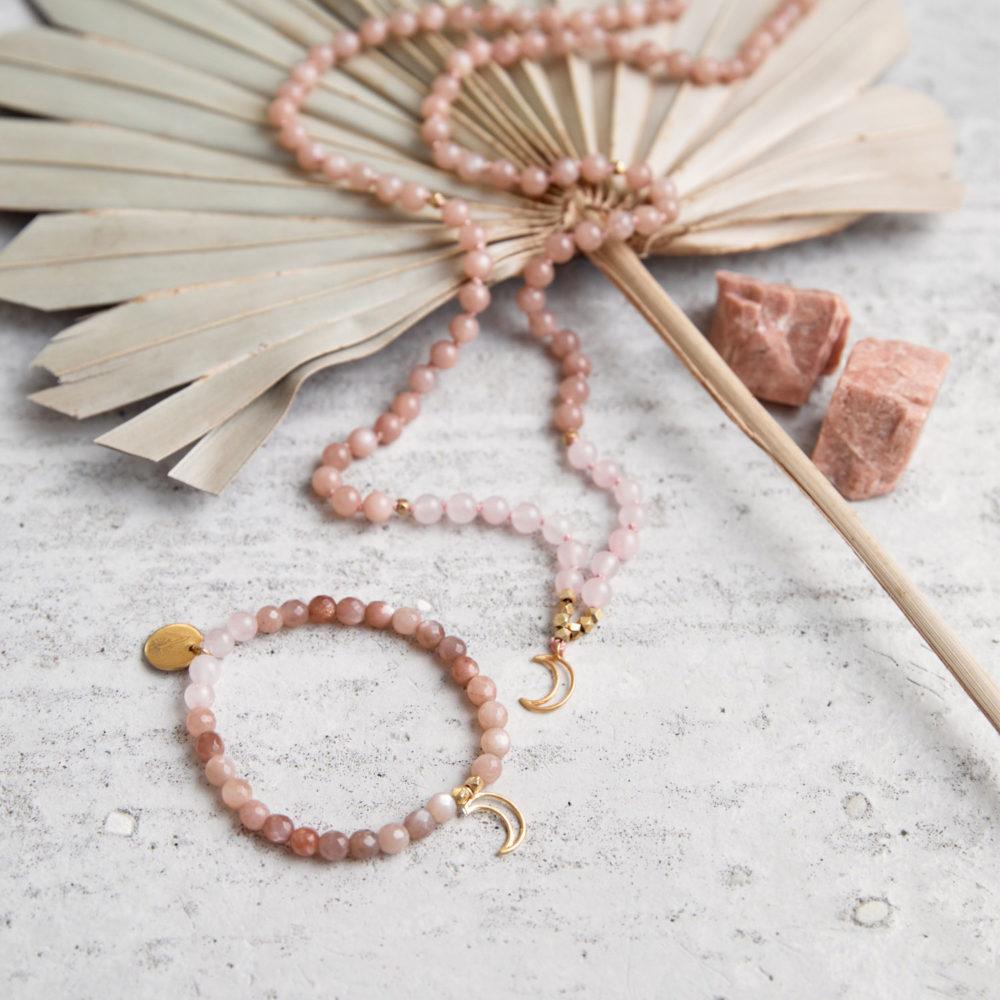 MENTAL MAGIC Mala und Armband aus Mondsteinen und Rosenquarz Steinen mit goldenem Mond, NAIONA Plättchen Perlen und Mondsteine und Trockenblumen.