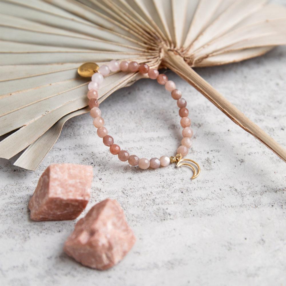 MENTAL MAGIC Mala Armband aus Mondsteinen und Rosenquarz Steinen mit goldenen Perlen, Mond und Plättchen und Mondsteinen und Trockenblume.