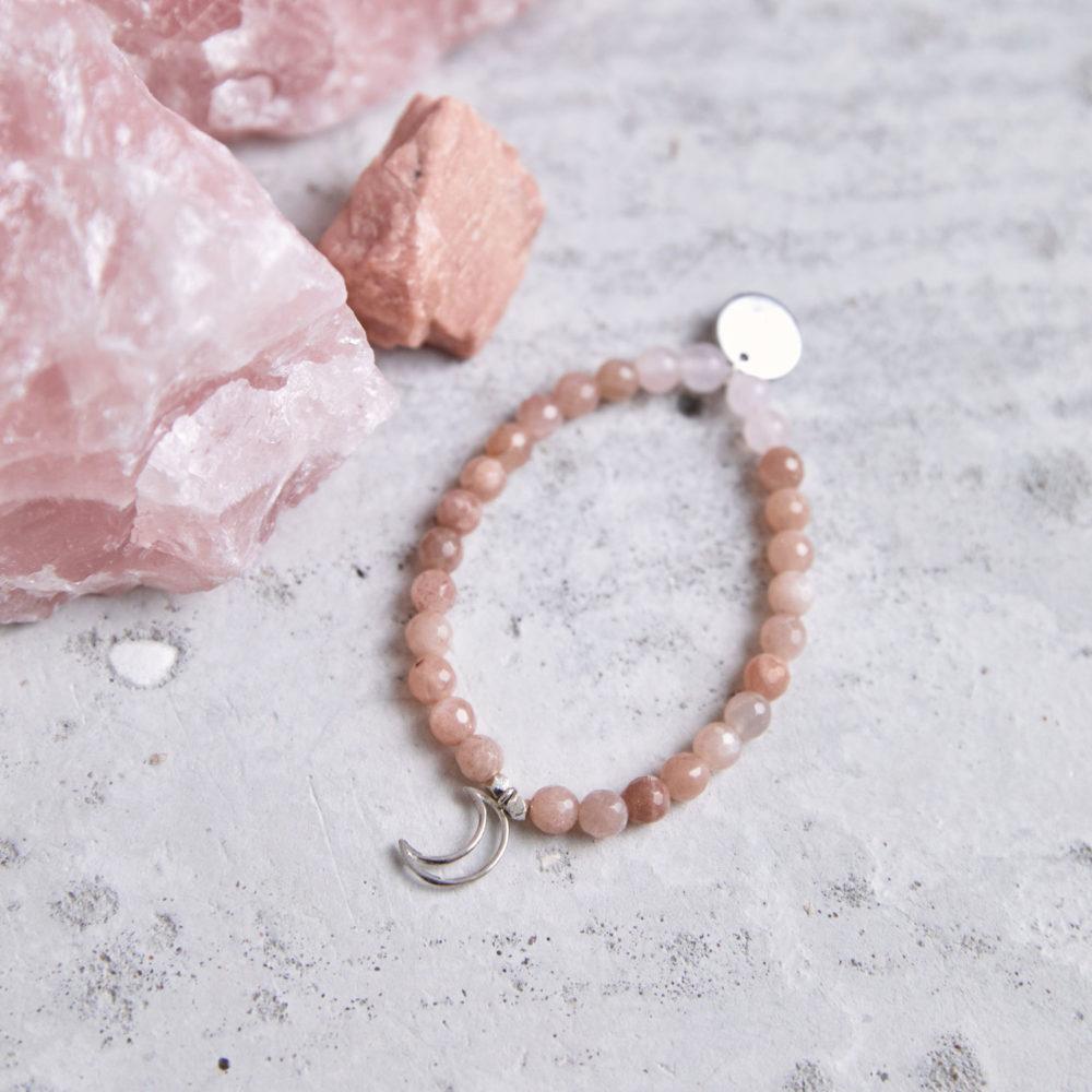 MENTAL MAGIC Mala Armband aus Mondsteinen und Rosenquarz Steinen mit silbernen Perlen, Mond und Plättchen und Mondstein und Rosenquarz Steinen.