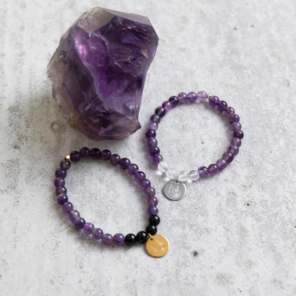 PEACE OF MIND Mala Armband aus Amethyst und Bergkristall Steinen mit silbernem Plättchen und Perle und Mala Armband aus Amethyst und Turmalin Steinen mit goldenem Plättchen und Perle und Amethyst Steine.