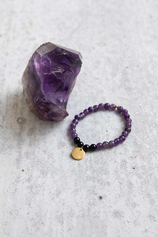 PEACE OF MIND Mala Armband aus Amethyst und Turmalin Steinen mit goldenem Plättchen und Perle und Amethyst Stein.