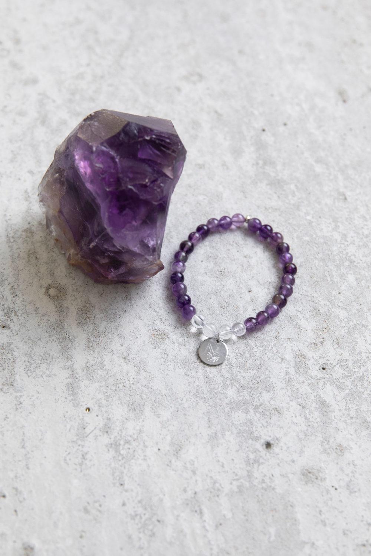 PEACE OF MIND Mala Armband aus Amethyst und Bergkristall Steinen mit silbernem Plättchen und Perle und Amethyst Stein.
