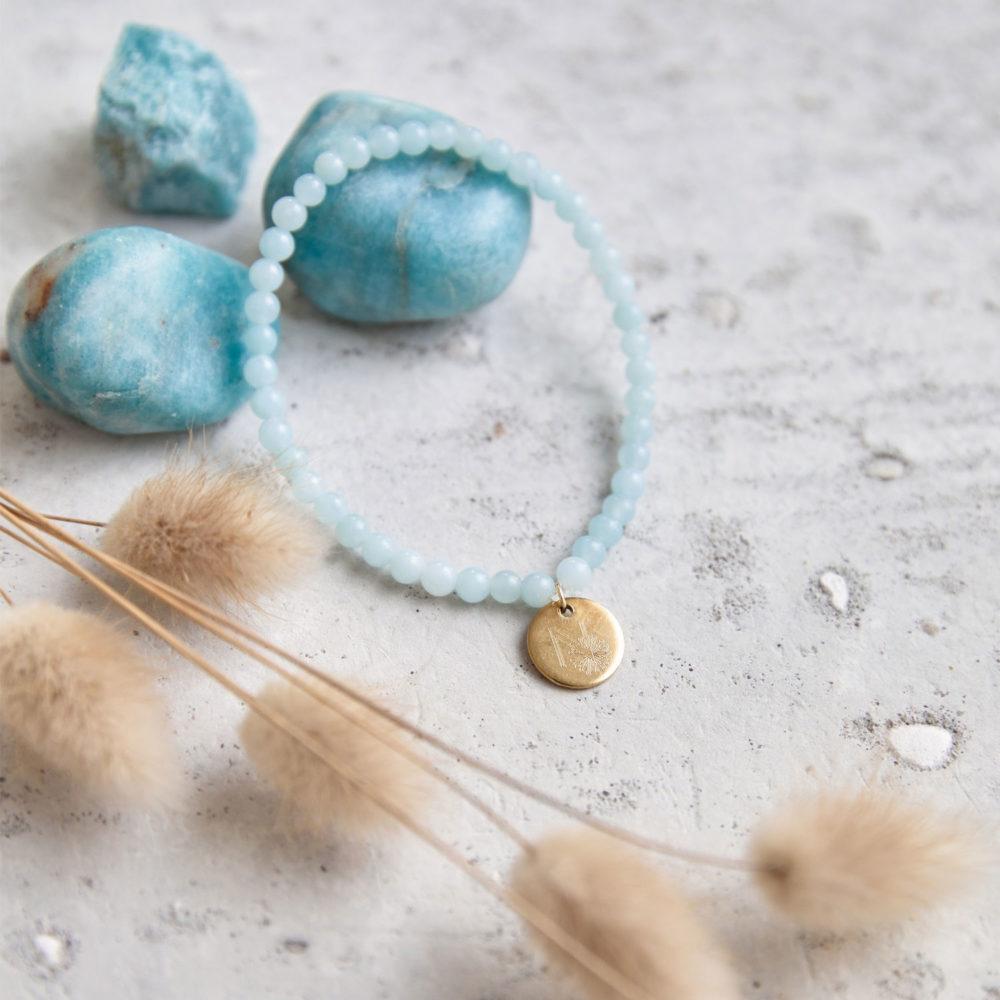 PURE BLISS Mala Armband aus Amazonit Steinen mit goldenem Plättchen und Amazonit Steine und Trockenblumen.