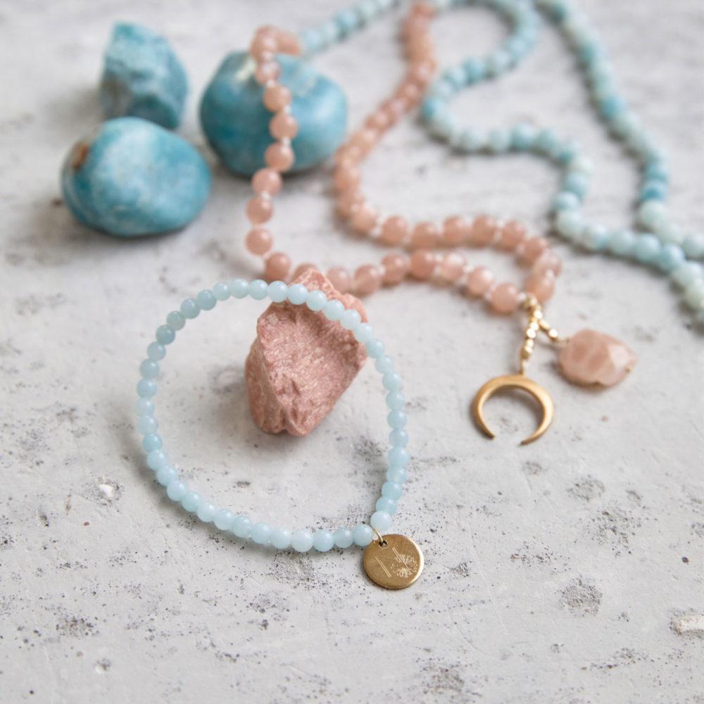 PURE BLISS Mala Armband aus Amazonit Steinen mit goldenem Plättchen und BEAUTIFUL LIFE Mala aus Amazonit Steinen und Mondsteinen mit goldenem Mond, Plättchen und Perlen und Mondstein und Amazonit Steine.