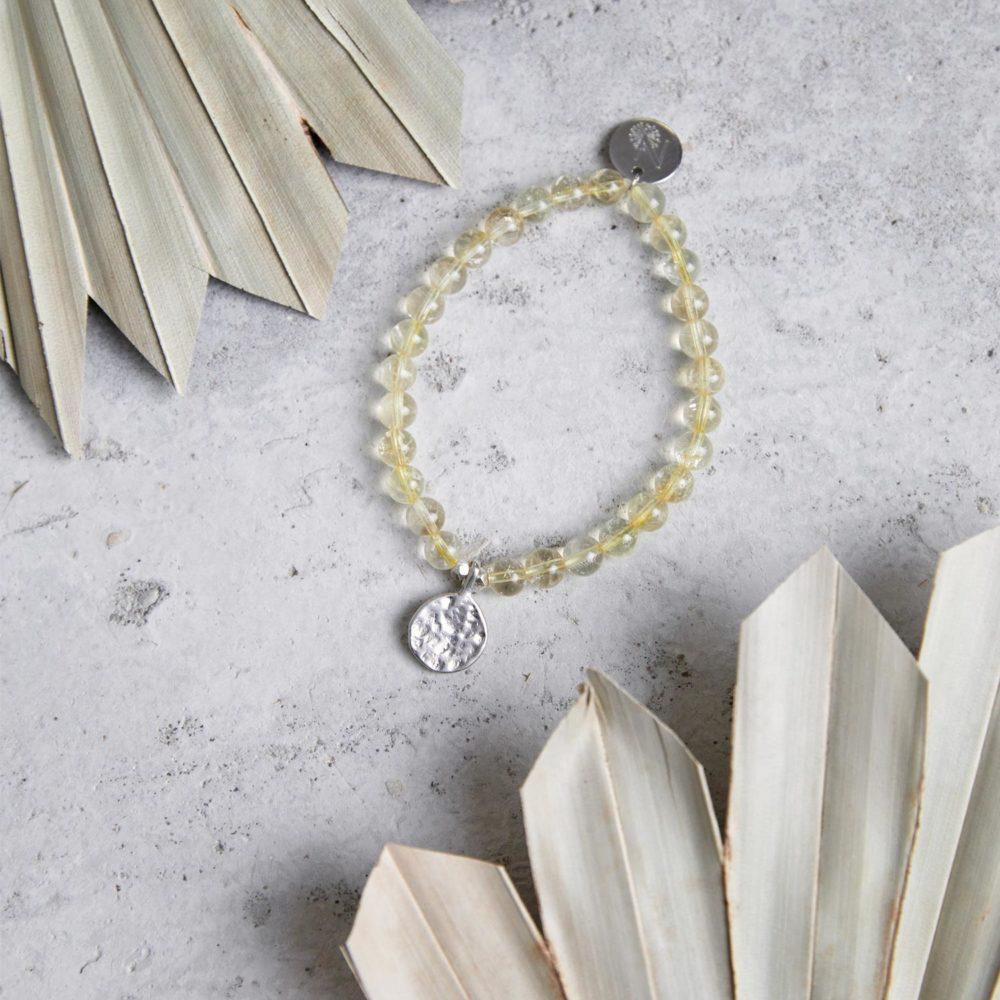 SHINE YOUR LIGHT Mala Armband aus Citrin Steinen mit silbernen Perlen und Plättchen und Trockenblumen.