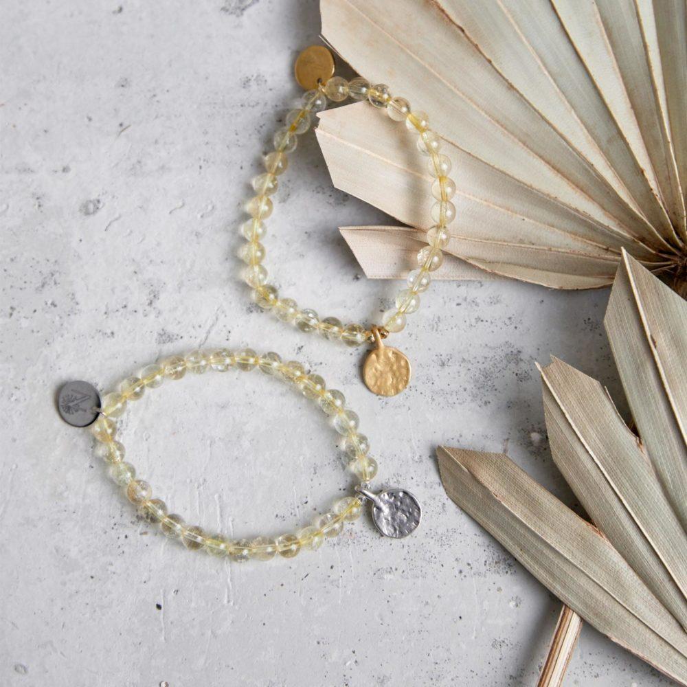 SHINE YOUR LIGHT Mala Armband aus Citrin Steinen mit silbernen und goldenen Perlen und Plättchen und Trockenblumen.