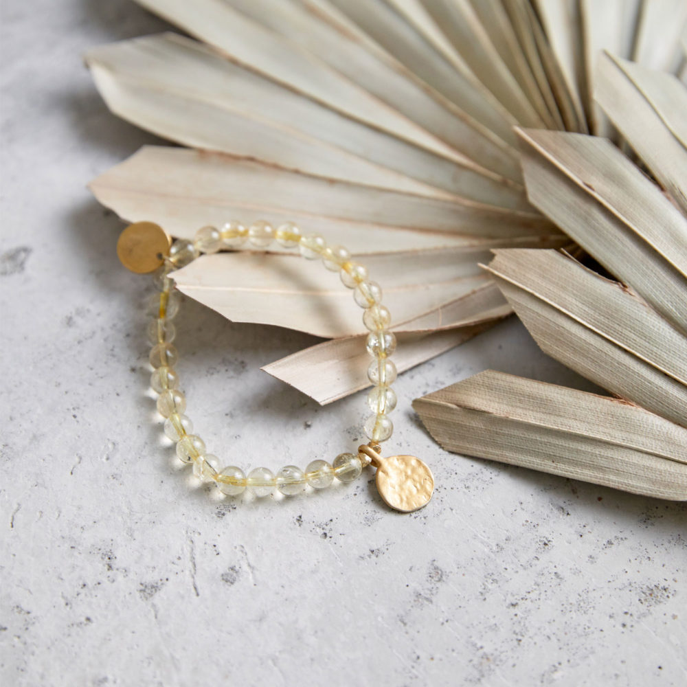 SHINE YOUR LIGHT Mala Armband aus Citrin Steinen mit goldenen Perlen und Plättchen und Trockenblumen.