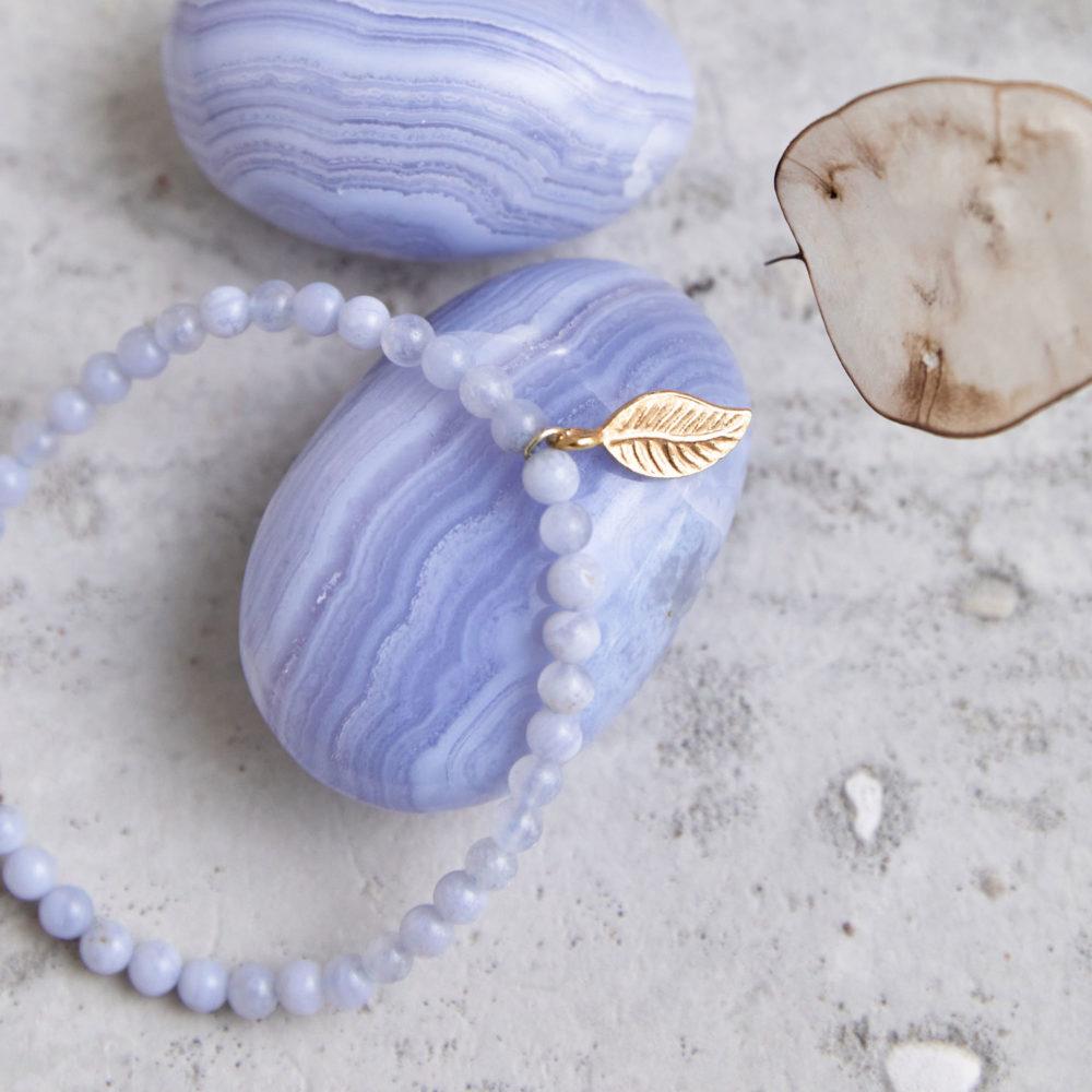 STAND UP Mala Armband aus Chalcedon Steinen mit goldenem Blatt und Chalcedon Steine und Trockenblumen.