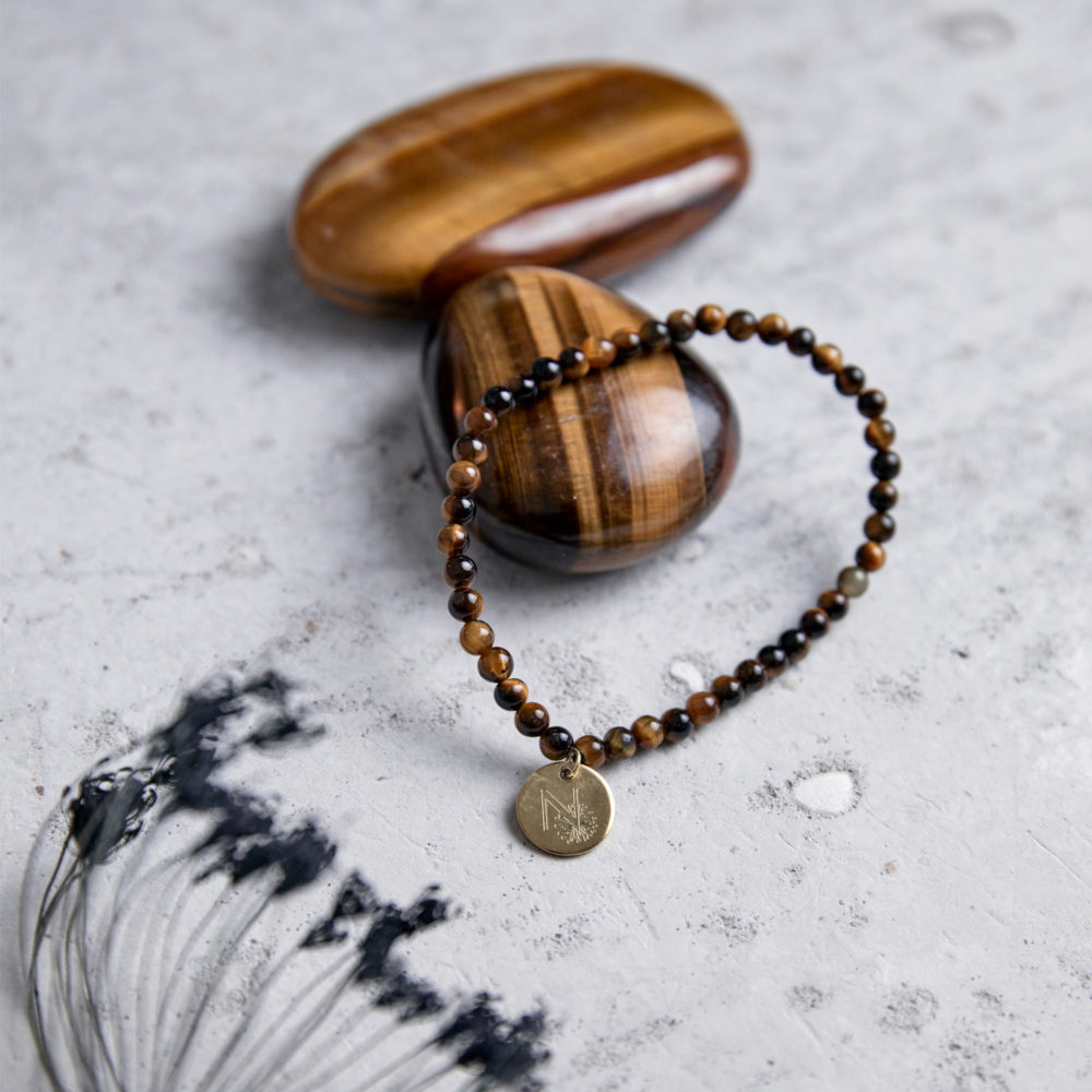 STRONG DECISION Mala Armband aus Tigerauge Steinen mit goldenem Plättchen und Tigerauge Steine und Trockenblumen.
