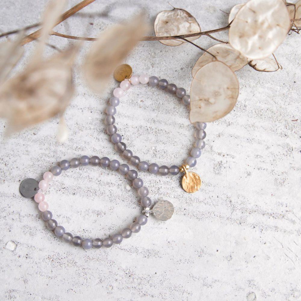 STRONG ROOTS Mala Armband aus Achat und Rosenquarz Steinen mit goldenen und silbernen Plättchen und Perlen und Trockenblumen.
