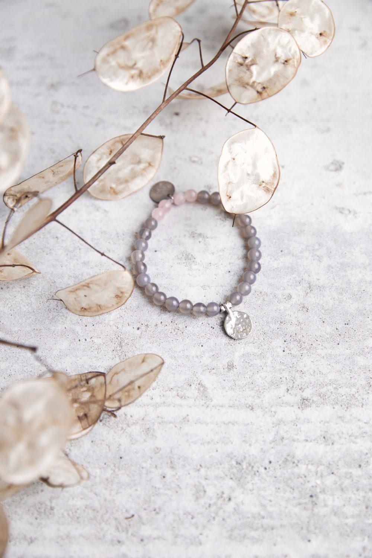 STRONG ROOTS Mala Armband aus Achat und Rosenquarz Steinen mit silbernen Plättchen und Perlen und Trockenblumen.