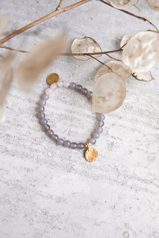 STRONG ROOTS Mala Armband aus Achat und Rosenquarz Steinen mit goldenen Plättchen und Perlen und Trockenblumen.