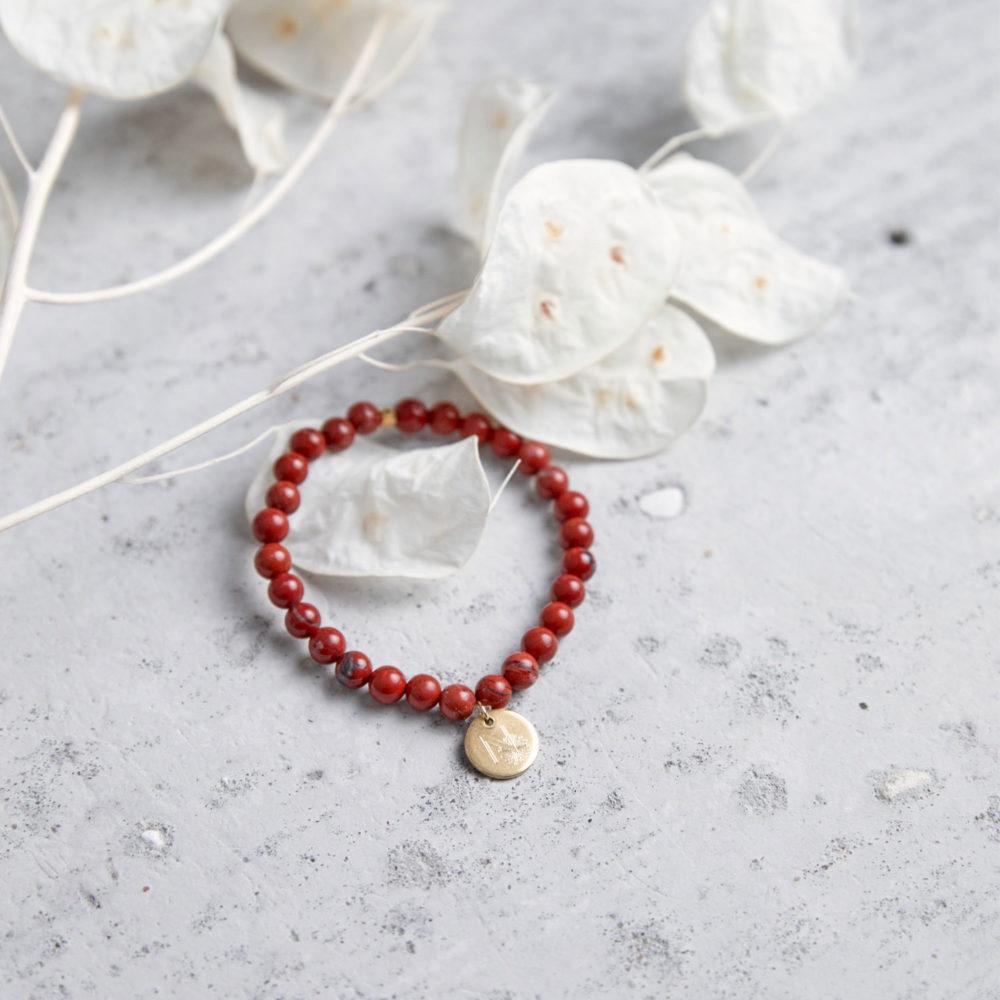SUPER POWER Mala Armband aus roten Jaspis Steinen mit goldenem Plättchen und Perle und Trockenblumen.