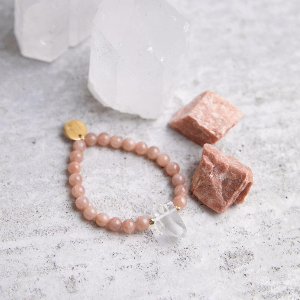 WITHIN YOU Mala Armband aus Mondsteinen mit Bergkristallspitze, goldenen Perlen und Plättchen und Mondsteine und Bergkristallspitzen.