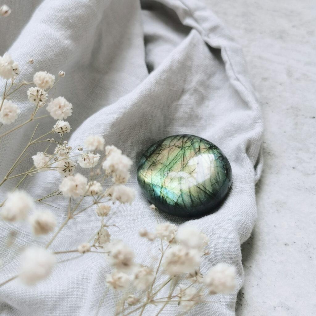 CREATE YOUR MAGIC – Dein Labradorit Edelstein crystal und Decke und Trockenblumen, NAIONA.