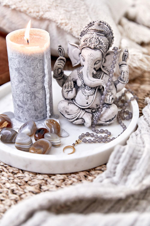 STRONG ROOTS – Dein Achat Edelsteine crystals und STRONG ROOTS MOON Mala aus Achat Steinen mit goldenem Mond und Perlen. Mood, Kerze, Ganesha, Altar, Tablett, Teppich, Kissen, Decke, NAIONA.