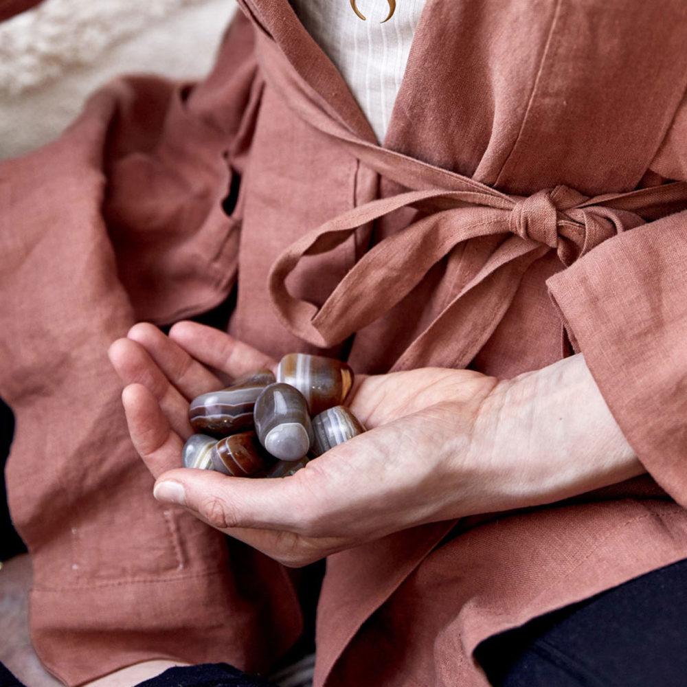 STRONG ROOTS – Dein Achat Edelsteine crystals und STRONG ROOTS MOON Mala aus Achat Steinen mit goldenem Mond und Perlen. Mood, Hand, Ausschnitt, Kimono, NAIONA.