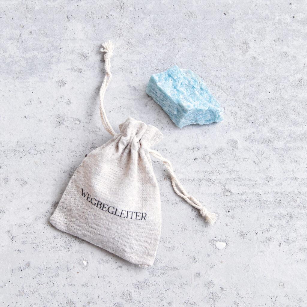 PURE BLISS – Dein Amazonit Rohstein Edelstein crystal mit NAIONA Wegbegleiter Beutel.