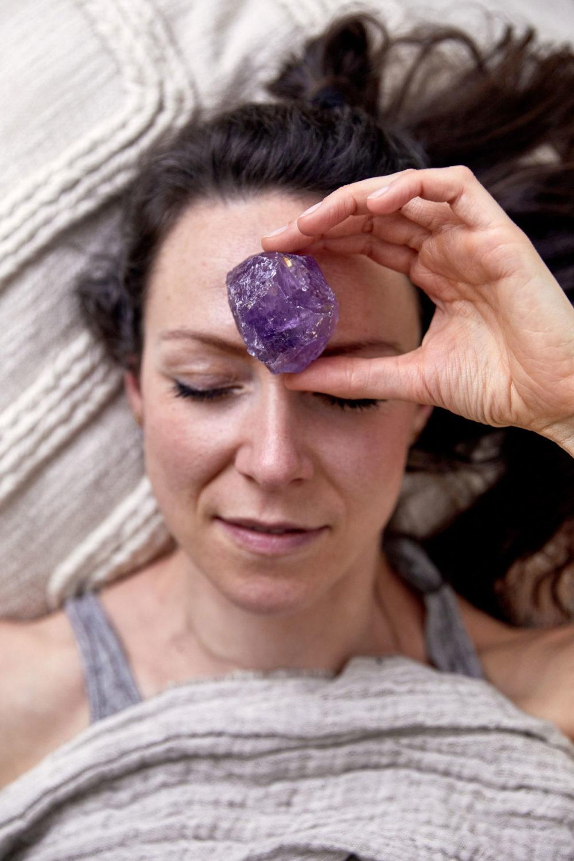 HIGHER SELF – Dein Amethyst Edelstein crystal. Mood, Frau, Hand, Schlafen, Decke, Kissen, NAIONA.