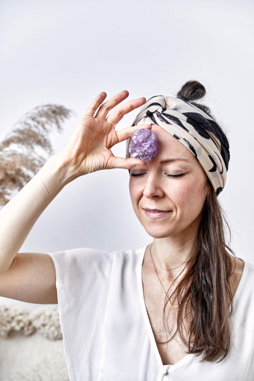 HIGHER SELF – Dein Amethyst Edelstein crystal. Mood, Frau, MOONCHILD Kette mit goldenen Mondphasen, Pampasgras, Kissen, NAIONA.