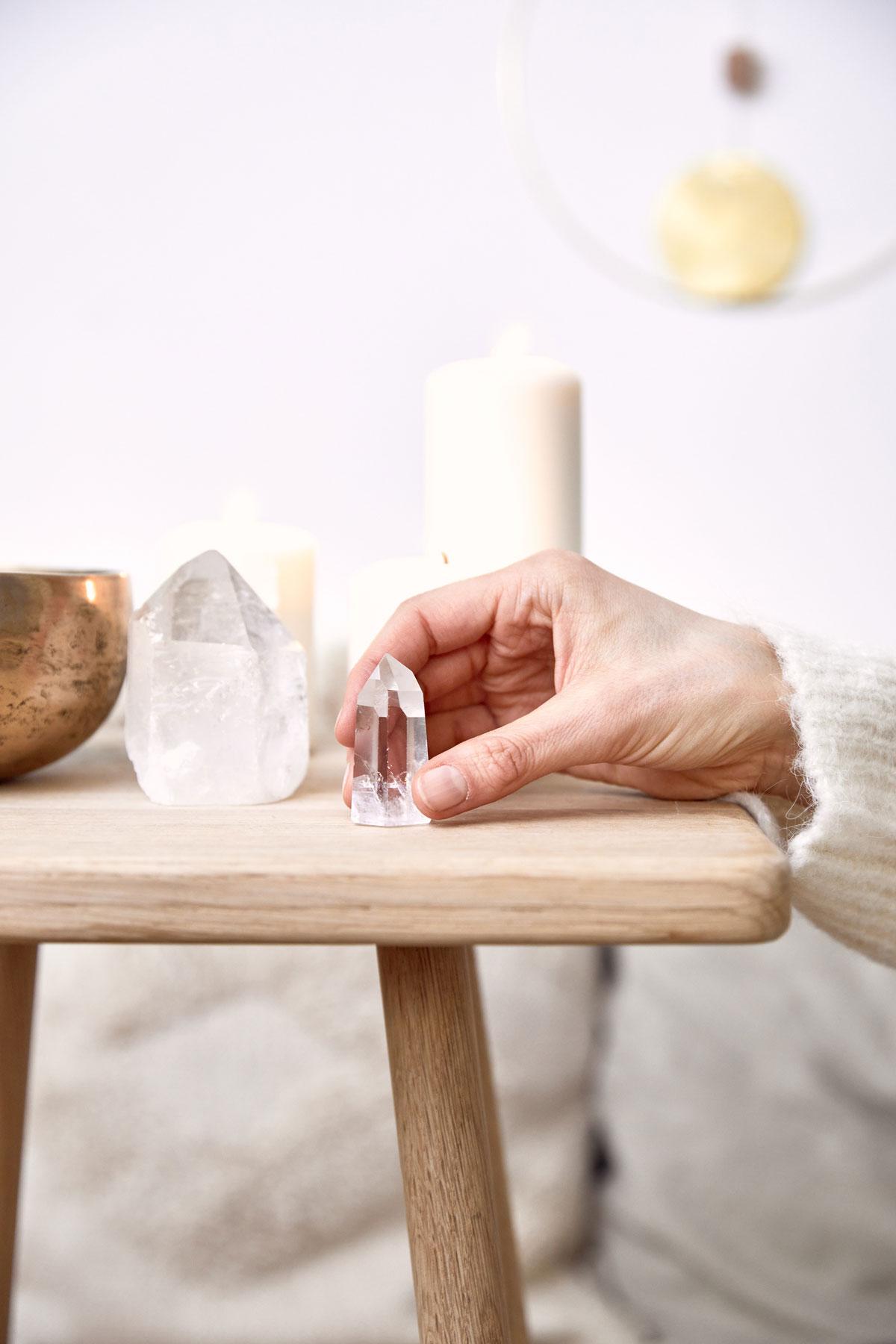 CLEAR SEEING – Dein Bergkristall Edelstein crystal Bergkristallspitze. Mood, Hand, Bergkristall Steine, Tisch, Kerzen, Mondphasen, Klangschale, NAIONA.