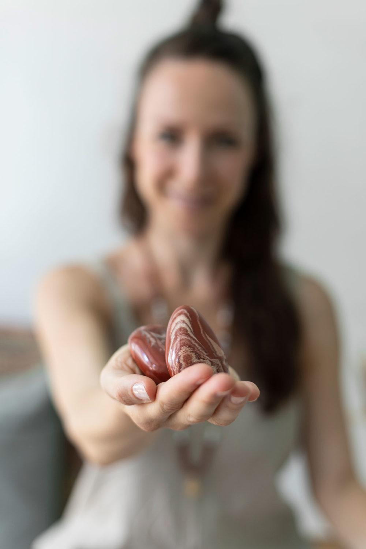 SUPER POWER – Dein Jaspis rote Edelsteine crystals und SUPER POWER Mala aus roten Jaspis und Magnesit Steinen mit goldenen Stäbchen und Plättchen. Mood, Frau, Hand, NAIONA.