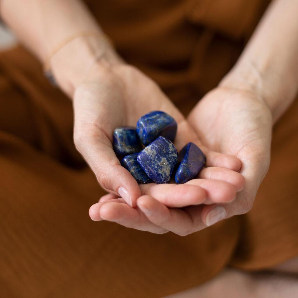 TRUE FRIEND – Dein Lapislazuli Edelsteine crystals. Mood, Hände, Kleid, Armband, NAIONA.