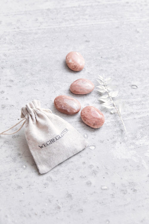 COMING HOME – Dein Mondstein rosé Edelsteine crystals mit NAIONA Wegbegleiter Beutel und Trockenblumen.