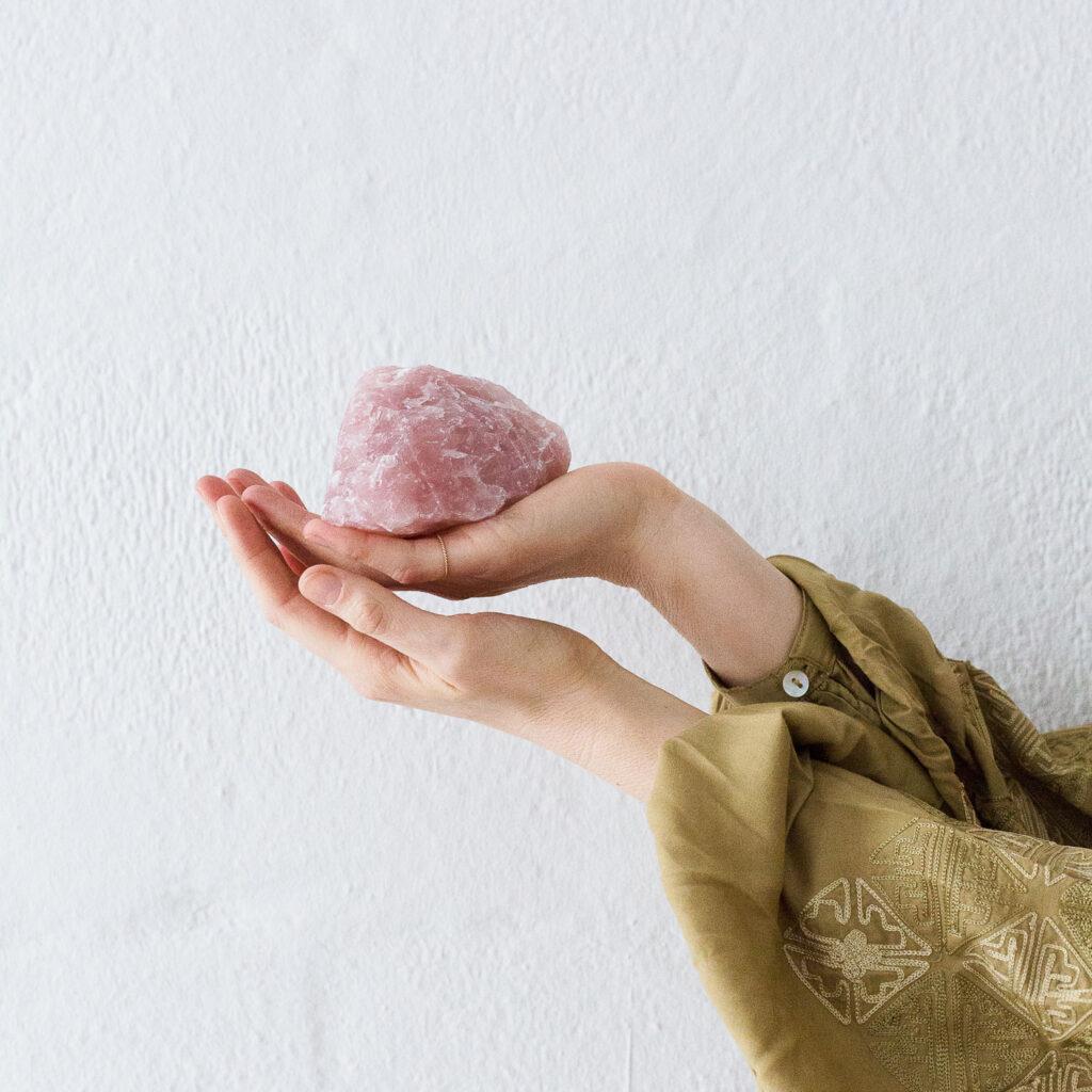 OPEN YOUR HEART – Dein Rosenquarz Edelstein crystal. Mood, Hände, Rohstein, Bluse, NAIONA.