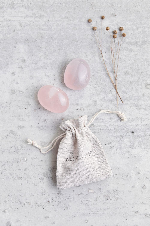 OPEN YOUR HEART – Dein Rosenquarz, rund Edelsteine crystal mit NAIONA Wegbegleiter Beutel und Trockenblumen.