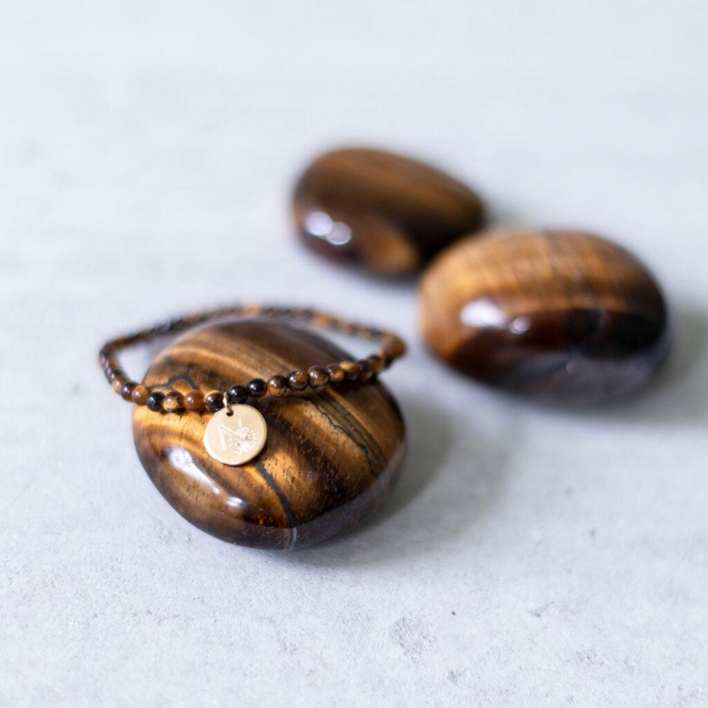 STRONG DECISION – Dein Tigerauge Edelsteine crystal und STRONG DECISION Mala Armband aus Tigerauge Steinen und goldenem Plättchen, NAIONA.
