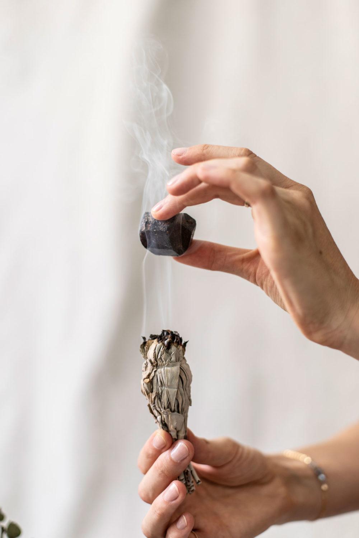 Dein Turmalin – INNER PEACE KEEPER Turmalin Stein und weißer Salbei. Edelstein, Räuchern, Rauch, Reinigen, Mood, Hände, Rauch, Armband, Ring, NAIONA.