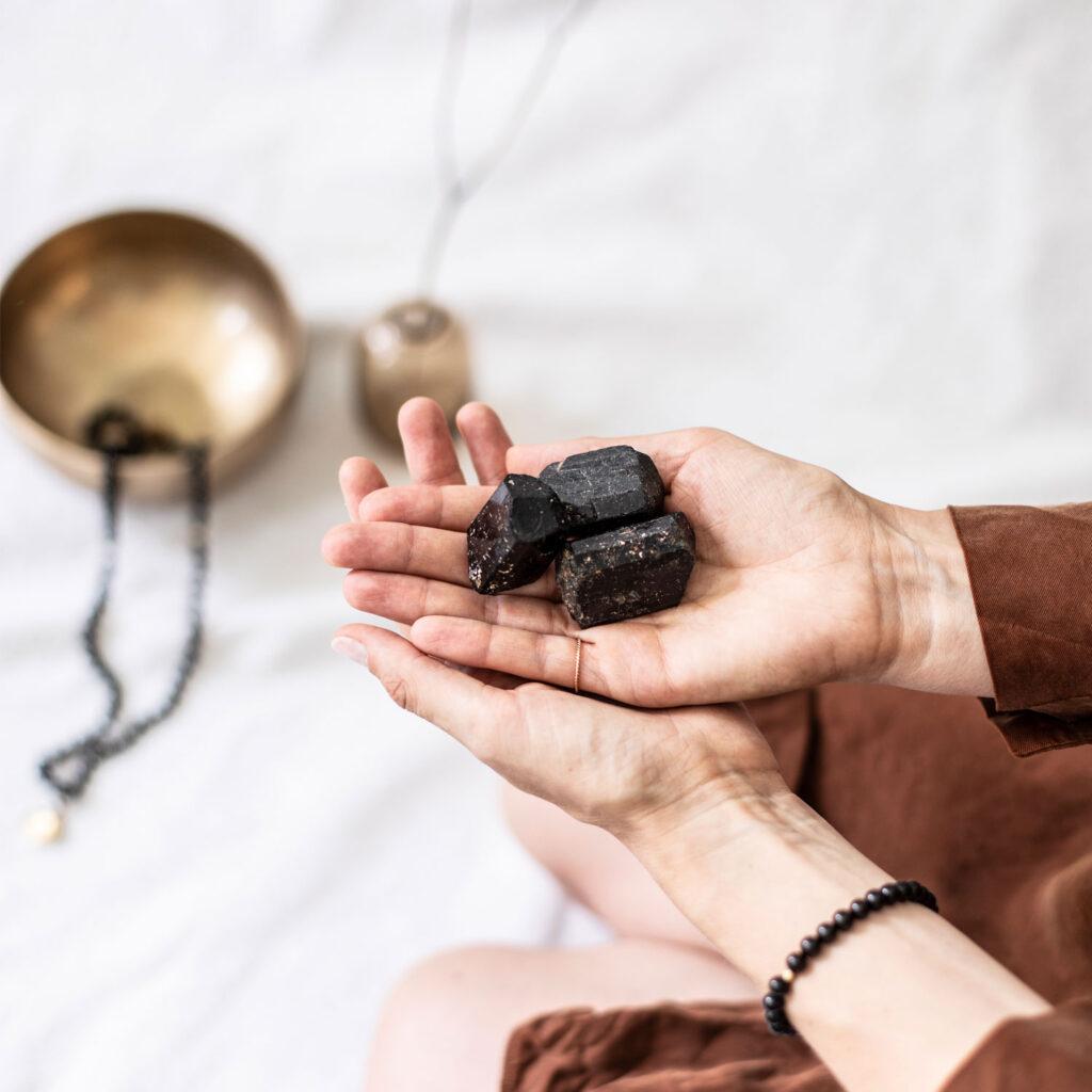 Dein Turmalin – INNER PEACE KEEPER Turmalin Stein und INNER PEACE KEEPER Mala Armband und Mala. Mood, Hände, Edelsteine, Klangschale, Trockenblumen, NAIONA.