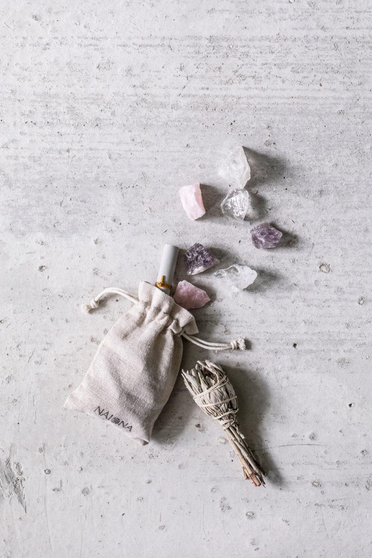 Wassersteine – BE WATER, MY FRIEND mit Bergkristall, Rosenquarz und Amethyst Steinen mit Beutel, weißer Salbei Räucherwerk und Bedeutungszettel, NAIONA.