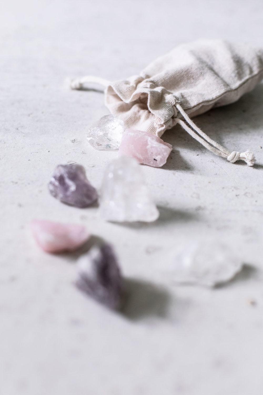Wassersteine – BE WATER, MY FRIEND mit Bergkristall, Rosenquarz und Amethyst Steinen im Beutel, NAIONA.